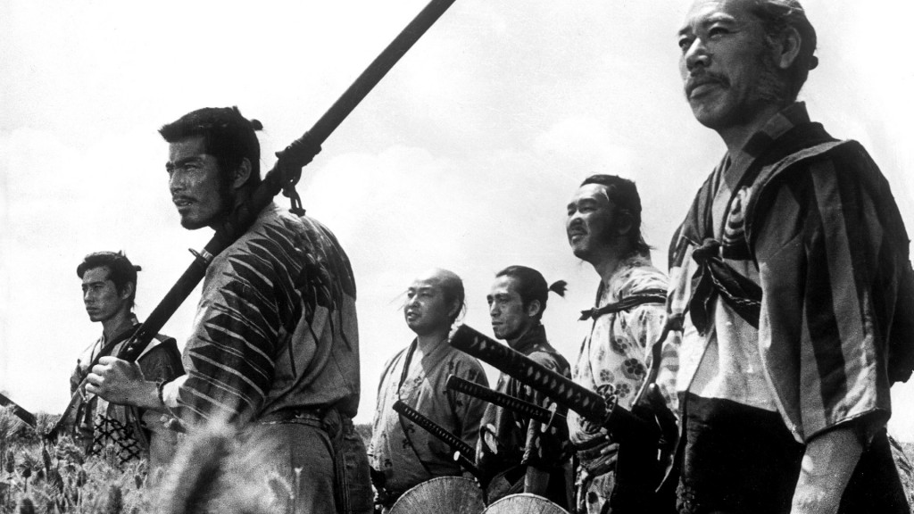 Od prawej do lewej: Kambei (przywódca oraz instygator całego przedsięwzięcia, taki Nick Fury), Gorobei (jego dawny towarzysz z czasów wojny, odpowiedzialny  i miły facet), Kyuzo (flegmatyczny mistrz miecza, bez niego nie byłoby niezliczonych postaci westernowych), Shichiroji (zaczepiście szyje z łuku),  Kikuchiyo oraz Katsushiro, młody szczaw, którego poderwie córka rolnika.) Heichachi nie jest obecny w kadrze, ponieważ poległ pierwszy.