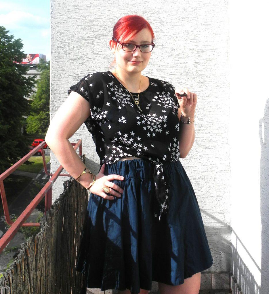 Muszę przestać cykać sobie fotki po tej stronie balkonu, bo łupiące w oczy słońce sprawia, że wyglądam, jakbym zjadła cytrynę.