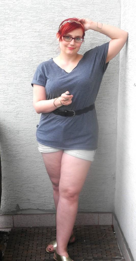 Wyjątkowo nie mam na sobie niczego z ciuchacza. Koszulka pochodzi z outletu Terranovy, portki z Reserved, a sandałki z CCC.