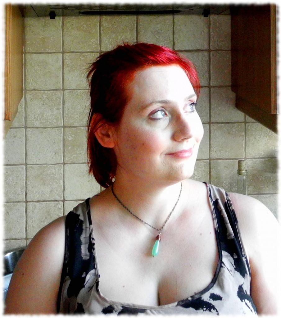 Prestiżowe wnętrza kuchni. Na szyi mam zielony agat owinięty miedzianym drutem (produkcja własna.)