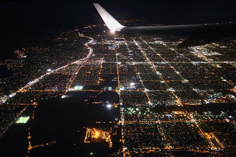 Nie znalazłam dobrego, ostrego ujęcia Amsterdamu nocą. To jest bodajże Los Angeles (nic w Europie nie mogłoby być tak kwadratowe.)